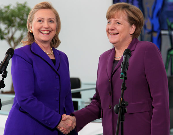 Clinton schüttelt Merkel die Hand
