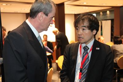 Botschafter Murphy mit einem Vertreter aus Japan