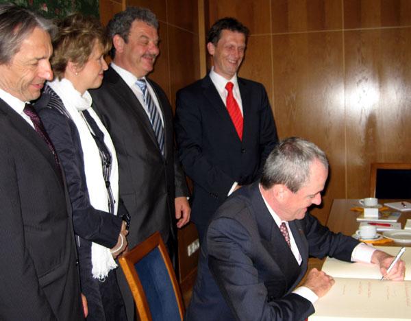 Im Cottbuser Rathaus: Botschafter Murphy trägt sich ins Goldene Buch ein; dahinter: Reinhard Drogla; Ministerin Dr. Martina Münch; Frank Szymanski; Holger Kelch